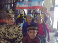 Siswa SD Muda Ceria Gresik bersiap naik pentas dalam Pekan Seni Pelajar 2017 tingkat Jawa Timur. (Foto: Bee)