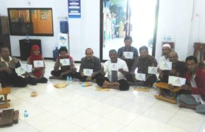 Anggota unit usaha MEK PCM Bubutan menerima sertifikat pembelian saham usaha. (Foto: Hariadi)