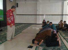 Drs Saifuddin Zaini memberikan materi teori dan praktek shalat sesuai dengan tuntunan Nabi