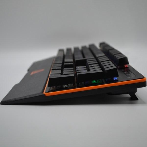 """immagine della tastiera """"PG100PRO"""" di laterale poggiata su scrivania inserita come immagine prodotto"""