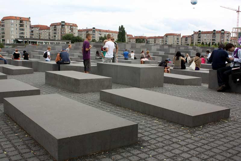 Das Holocaust-Mahnmal: von vorne nach hinten ansteigende Stelen