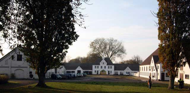 Rothensande: Blick vom Herrenhaus auf den Hofplatz mit dem Torhaus.