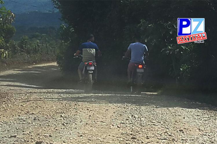 Casco, al parecer es un objeto no necesario para algunos motociclistas.