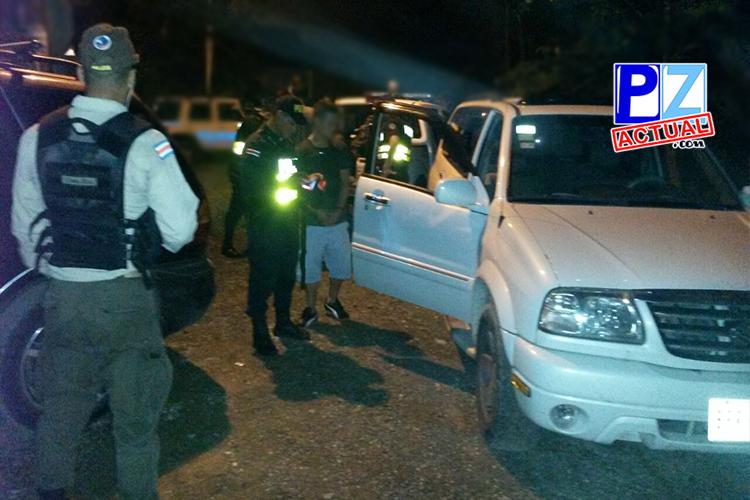 """Fuerza Pública detuvo anoche en Golfito a cuatro presuntos """"coyotes"""" y rescató a 18 cubanos y a cinco africanos"""