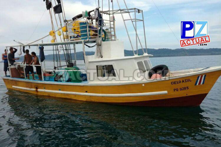 Guardacostas rescatan embarcación que tenía tres días de estar a la deriva en aguas del Pacífico Sur.