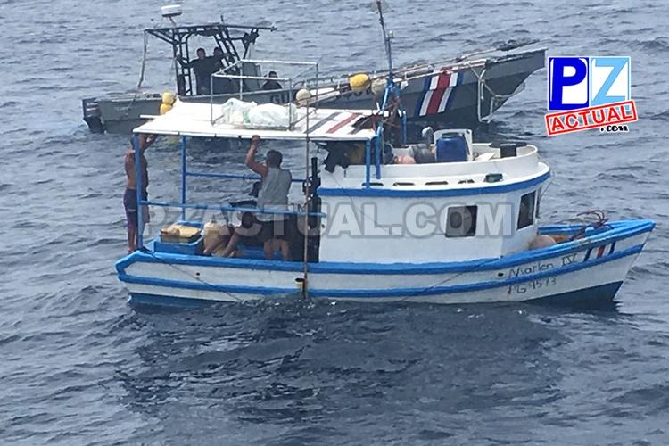 Guardacostas rescatan embarcación a la deriva en aguas del Pacífico Sur.