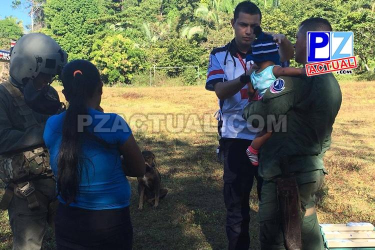 Policías caminaron más de dos horas por agreste zona de Punta Burica para auxiliar a bebé enferma.