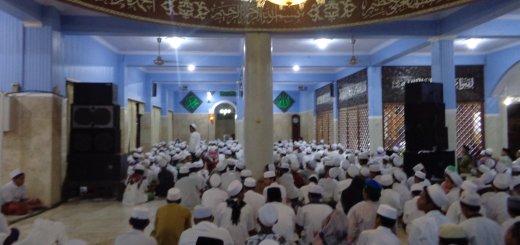 TAHUN BARU: Para santri membaca sholawat dalam rangka menyambut tahun baru 1438 Hijriyah di Masjid Jami' Al-Barokah Genggong pada Sabtu, 1 Oktober 2016 lalu.