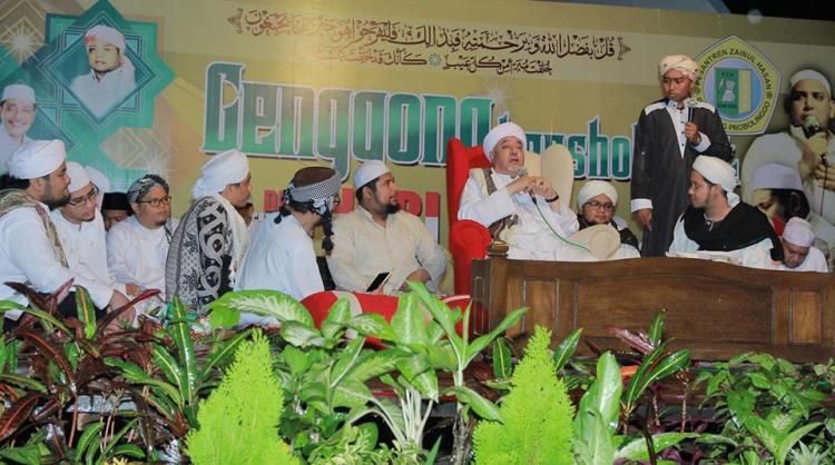 Al-Habib Jaylani bin Mahdi bin Al-Quthb Abdullah Asyathiri, Rubath, Tarim, Hadramaut, sedang memberikan tausyiahnya di acara genggong bershalawat