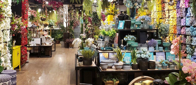Flores artificiais, vasos e objetos para decoração com muitas variedades