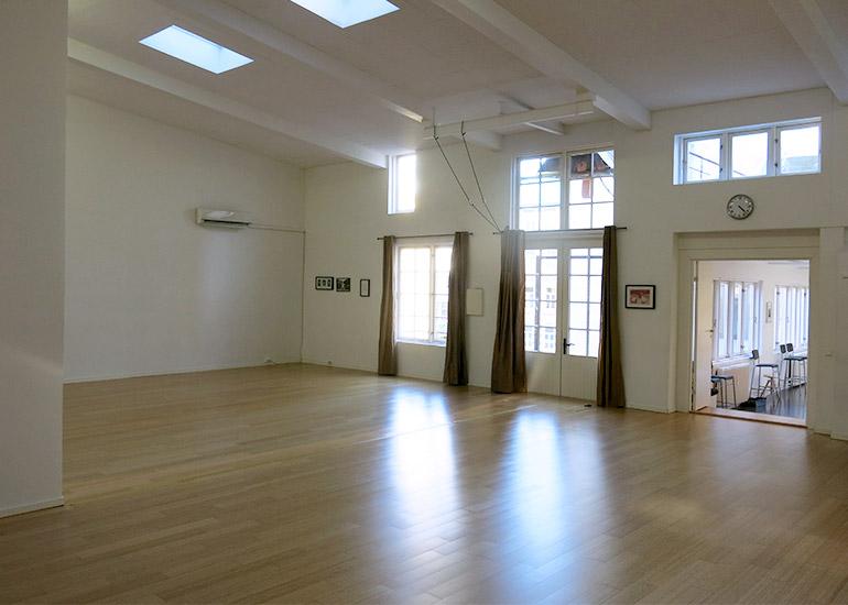 Romslig sal med takvinduer