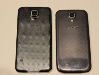 Samsung Galaxy S5 junto al Galaxy S4