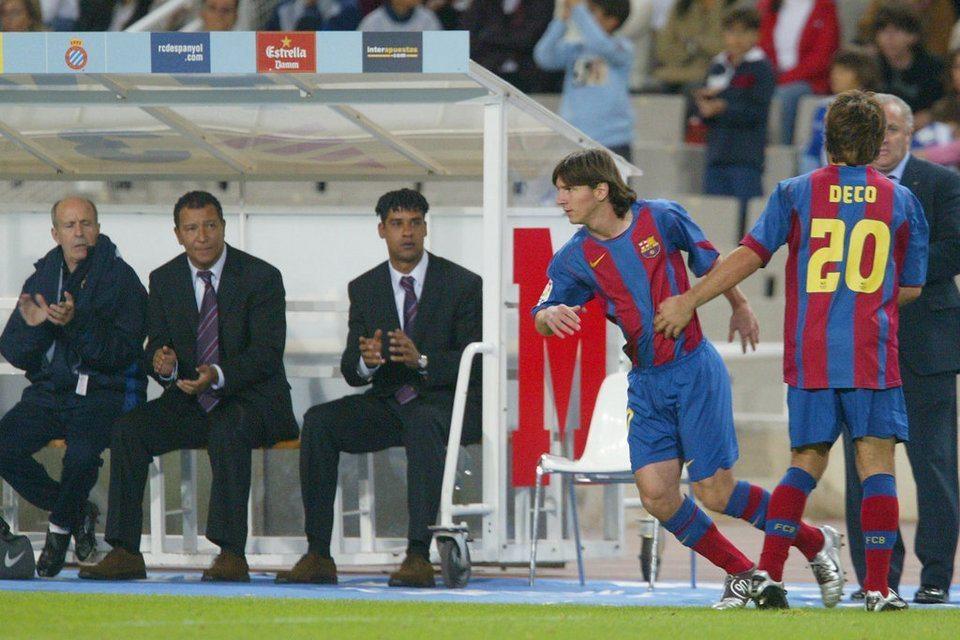 Messi haciendo su debut oficial, sustituyendo a Deco