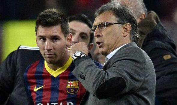 Gerardo Martino dando instrucciones a Lionel Messi, en su etapa como DT del FC Barcelo