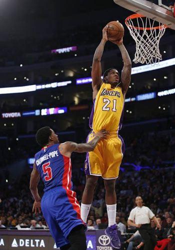 Ed Davis, de los Lakers de Los Angeles, hace un mate frente a su rival de los Pistons de Detroit Kentavious Caldwell-Pope durante la segunda mitad de su partido de la NBA, el 10 de marzo de 2015 en Los Angeles. (Foto AP/Danny Moloshok)