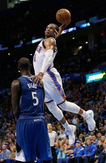 Russell Westbrook (0) se eleva para clavar el balón sobre Gorgui Dieng (5) durante el tercer cuarto del partido de NBA en Oklahoma City frente a los Timberwolves. (Foto AP/Sue Ogrocki)