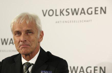 El nuevo director general de Volkswagen, Matthias Mueller, sonríe después del anuncio de su nuevo cargo que hizo el consejo de administración en Wolfsburg, Alemania, el viernes 25 de septiembre de 2015. Sucederá a Martin Winterkonr que renuncio el miércoles debido al escándalo de alteración de emisiones de los vehículos.(AP Fto/Michael Sohn)