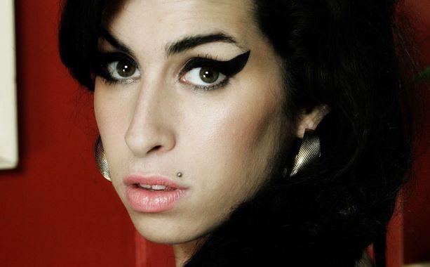 AMY - El documental Amy sobre la vida de la fenecida cantante Amy Winehouse, es uno de los documentales mas emotivos y completos que se presentaron en el año. Amy nos presenta la historia de un punto de vista en el que Winehouse siempre fue el centro de atención aun cuando las voces de quienes la conocieron tomaran la narrativa de este. Es inevitable no sentir junto a Amy los grandes pesares que la llevaron de la fama a la muerte. Amy es honesto y brutal, capaz de dejar a cualquier fan con el sabor amargo que dejan las partidas de aquellos a quienes tanto admiramos.