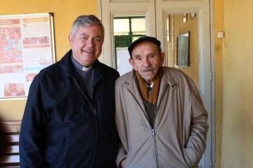 Padre Andrés con residentes en Chile