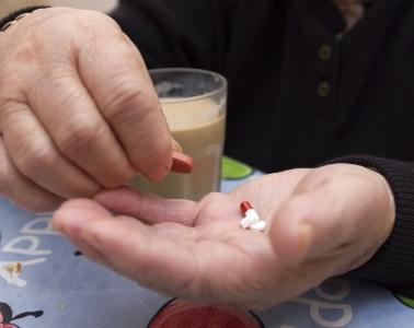 Anciana tomando su medicina