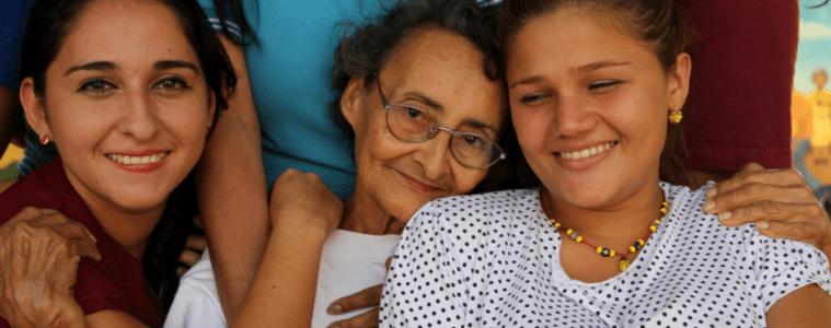 abuelos cuidan