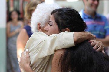 covid-19 abrazos solidarios personas mayores