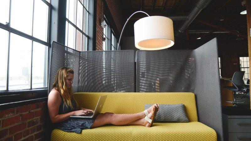 mulher trabalhando em casa com computador