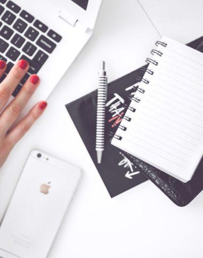 cahier de notes, ordinateur et mobile pour illustrer la formation Evernote et ameliorer son organisation