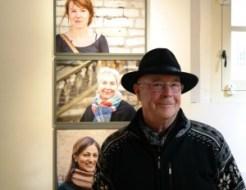 Op de achtergrond portretten van 'Waarom gaat het goed in je leven?'