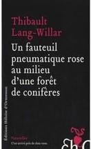 Thibault Lang-Willar - Un fauteuil pneumatique rose au milieu d'une forêt de conifères