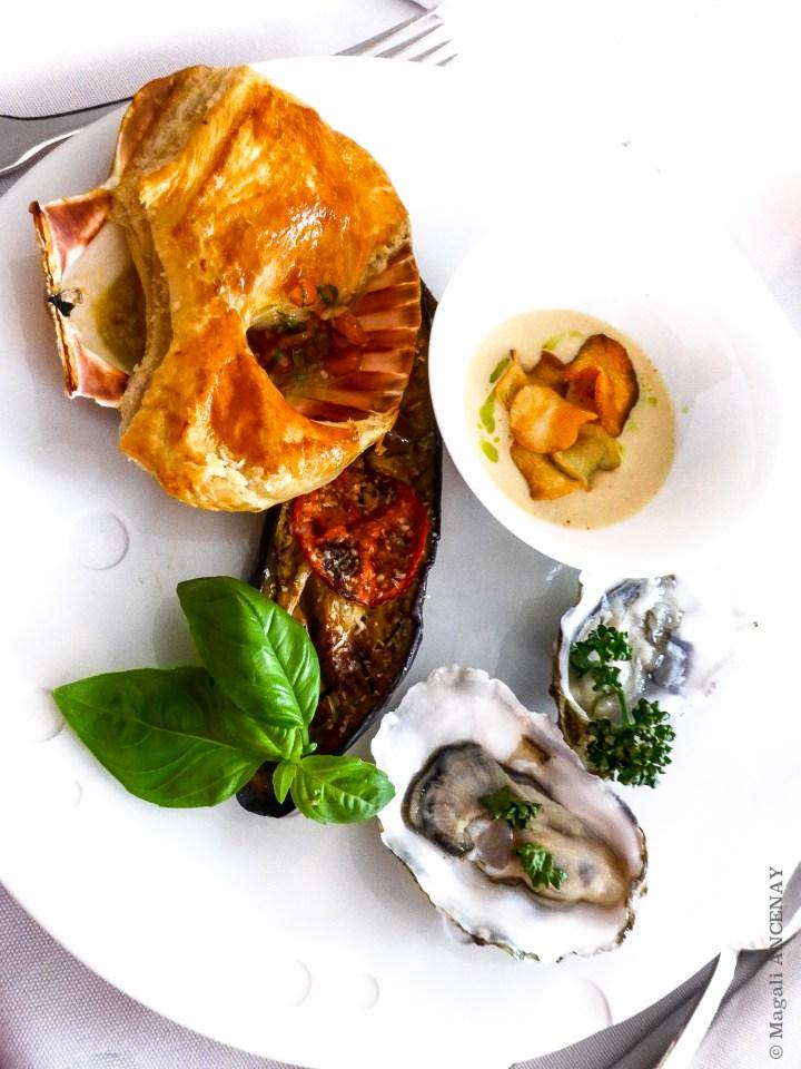 Coquille saint Jacques en croûte, aubergine confite, potage et chips de topinambours et huitres