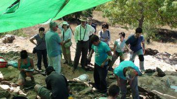 El rector de la UAH visita el yacimiento arqueológico para conocer el desarrollo de los trabajos