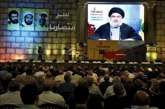 El líder de Hizbolá, Hasan Nasrallah, se dirige a sus seguidores por videconferencia durante un acto convocado con motivo del día de los mártires de Hizbolá, al sur de Beirut, Líbano. EFE
