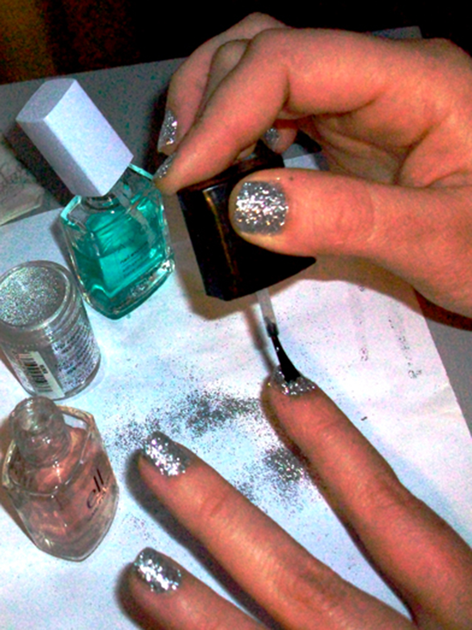Glitter Nails. Click through for the tutorial! | Queen Lila