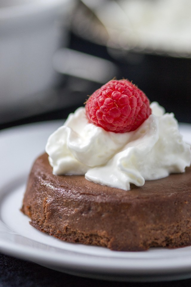 Healthy Banana Fudge Cakes - A healthy, low-calorie, gluten-free chocolate dessert with no added sugar and fantastic way to use up overripe bananas! | QueenofMyKitchen.com