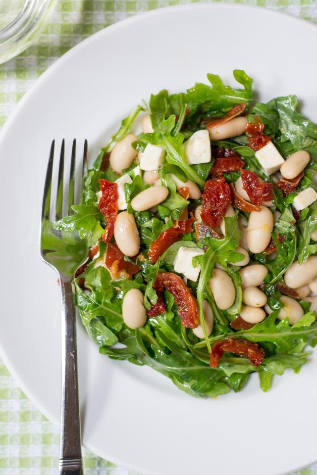 White Bean Arugula Salad with Sun-Dried Tomatoes and Crispy Prosciutto – a light and healthy salad with Italian flair, packed with protein and fiber. Gluten-free. | QueenofMyKitchen.com
