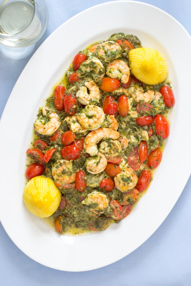 15 Minute Light and Lemony Shrimp Scampi Florentine – A lighter, healthier shrimp scampi that's only 255 calories per serving. An oven to table casserole sure to become a family favorite. | QueenofMyKitchen.com #easydinner #quickdinner #shrimpscampi #oventotable #seafooddinners