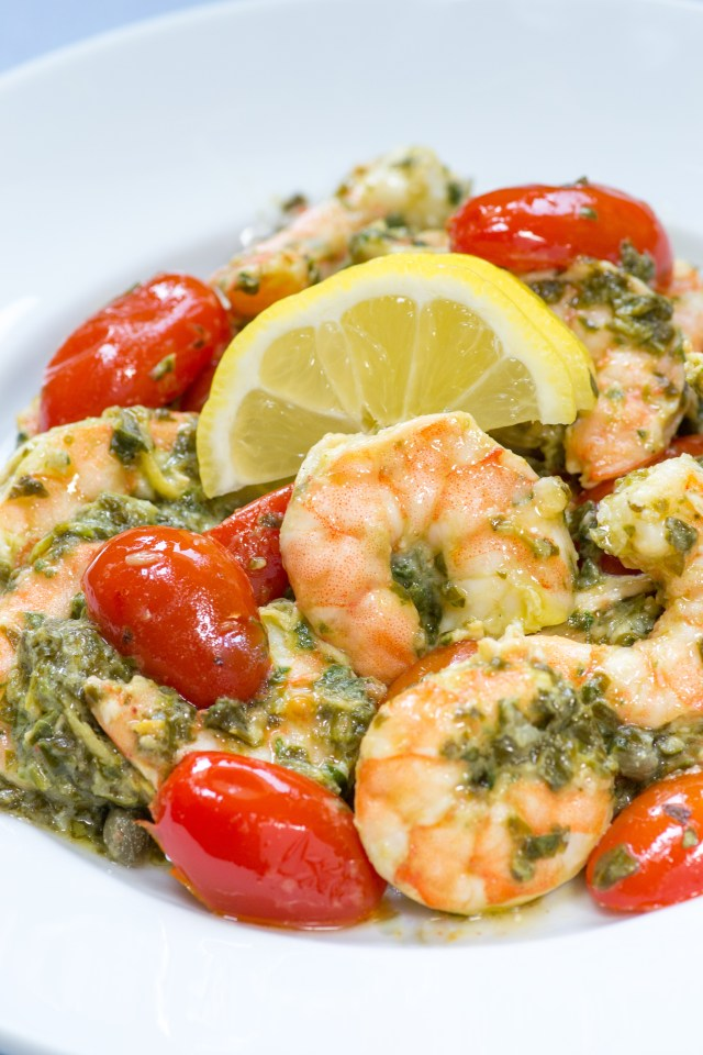 15 Minute Light and Lemony Shrimp Scampi Florentine – A lighter, healthier shrimp scampi that's only 255 calories per serving. An oven to table casserole sure to become a family favorite.   QueenofMyKitchen.com #easydinner #quickdinner #shrimpscampi #oventotable #seafooddinners