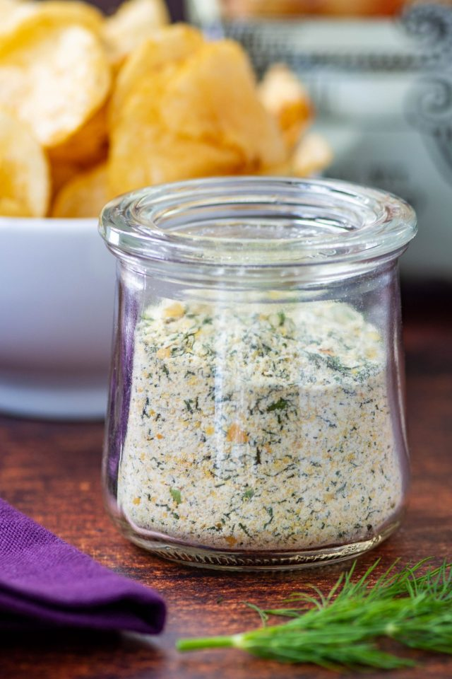 Healthy Sour Cream and Onion Mix - Homemade onion dip mix. Easy to make and so much healthier than store-bought packets. | QueenofMyKitchen.com | #potatochipsanddip #oniondip #healthyoniondip #healthyappetizer #healthyappetizers