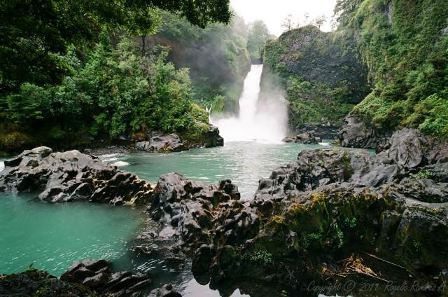 Saltos del Huilo Huilo: Una poderosa cascada de agua en un pequeño paraíso