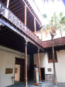 A l'intérieur de laquelle se trouve l'office de tourisme