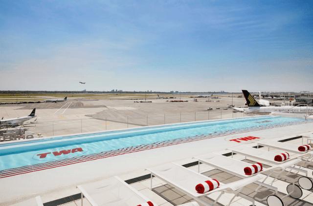 La infinity pool del twa hotel (una piscina infinita con vista al aeropuerto JFK)