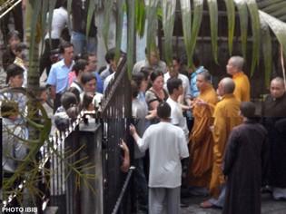 Dày đặc công an trước cổng chùa Giác Hoa ngăn chư Tăng đi biểu tình - Photo PTTPGQT