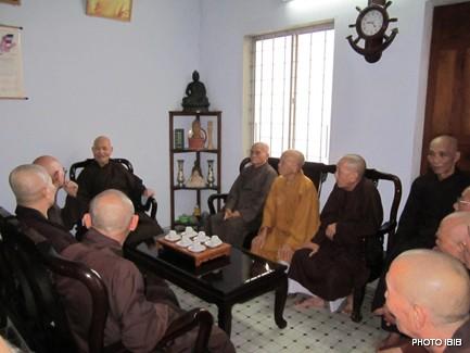 Đức Tăng Thống Thích Quảng Độ tiếp chư giáo phẩm Hội đồng Lưỡng viện vừa đến Saigon -  Hình PTTPGQT