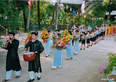 Đoàn nhạc Bát âm và Gia Đình Phật tử Huế cung thỉnh chư Tăng đến Lễ đài – Hình PTTPGQT