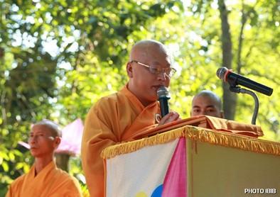 Thượng toạ Thích Minh Chánh cung tuyên Thông điệp Phật Đản của Đức Tăng Thống Thích Quảng Độ – Hình PTTPGQT