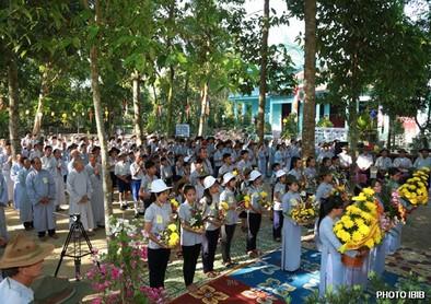 Cư sĩ và Gia Đình Phật tử Huế trước Lễ Đài – Hình PTTPGQT