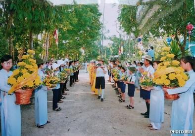 Gia Đình Phật tử cung đón chư Tăng – Hình PTTPGQT