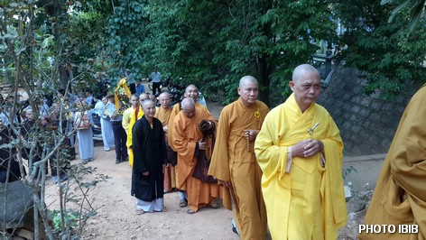 Hòa thượng Thích Chơn Tâm, Chánh Thư ký Viện Tăng Thống, người đi đầu, cùng chư Tăng và Phật tử tiến vào Linh đài - Hình PTTPGQT