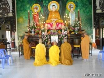 Chư Tăng niêm hương trước Chánh điện chùa Từ Hiếu